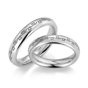 Mestergull Den elegante ringprofil 1 er her utført i hvitt gull og med lasergravering etter kundetegning. Graveringen er dyp og går rundt hele ringen. Kan også graveres innvendig. Prisen nedenfor er pr. ring. LYKKERINGENE Eksempel Ring