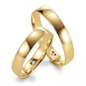 Mestergull Lykkeringenes profil 4 utført med 4,0 mm bredde og polert overflate. Et standard uttrykk, men innvendig i ringene er det fattet en diamant i hjerteform som en personlig kode. Prisen nedenfor er pr. ring inkl. diamant. LYKKERINGENE Eksempel Ring