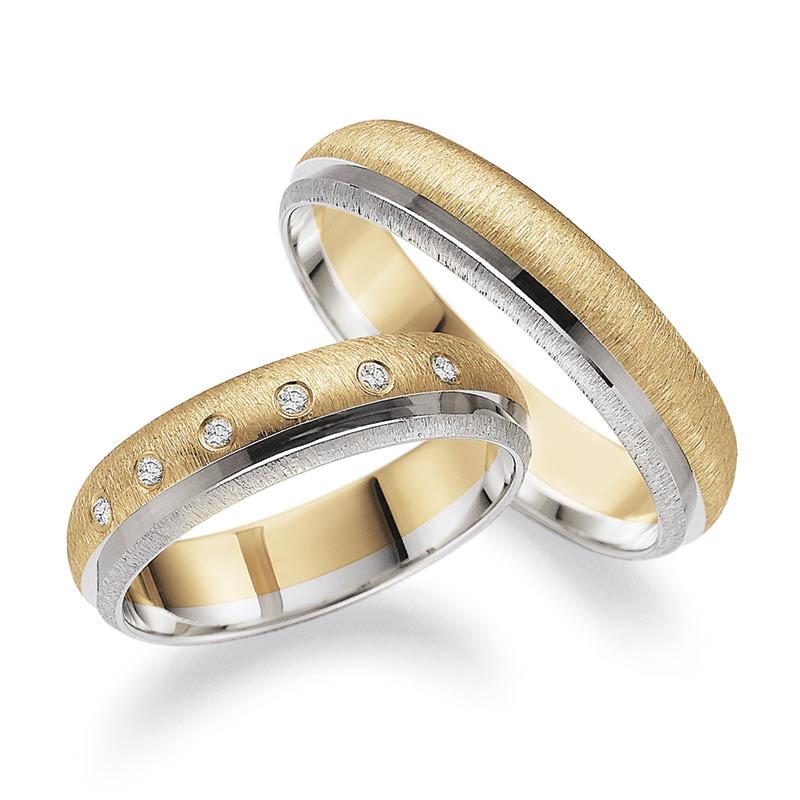 Mestergull På dette ringparet har kunden kombinert profil 5, en kombinasjon av gult og hvitt gull med smerglet overflate og diamantskåret mønster. Dameringen er gitt et dryss av diamanter. Prisen nedenfor er pr. ring uten diamanter. LYKKERINGENE Eksempel Ring