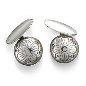 Mestergull Tradisjonsrike mansjettknapper i oksidert sølv med firkløvermotiv - symbolet for hell og lykke. NORSK BUNADSØLV Mansjettknapp