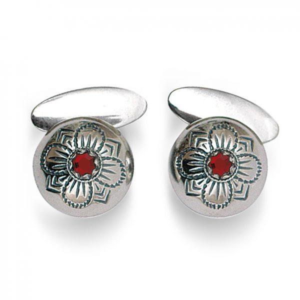 Mestergull Tradisjonsrike mansjettknapper i oksidert sølv med firkløvermotiv og rød sten - symbolet for hell og lykke. NORSK BUNADSØLV Mansjettknapp