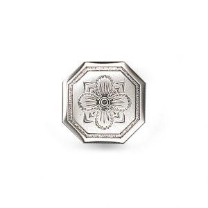 Mestergull Formstøpt åttekanta knapp i oksidert sølv med firkløver for hell og lykke som motiv. Knappen finner også i en større utgave. NORSK BUNADSØLV Knapp