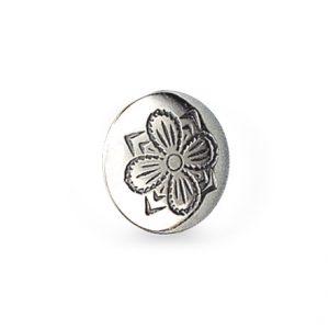 Mestergull Formstøpt bunadsknapp i oksidert sølv. Symbolet for hell og lykke - selve firkløveren, pryder knappen, og er en av de mest tradisjonelle og brukte bunadsknappene i landet. Finst i fleire størrelser. NORSK BUNADSØLV Knapp