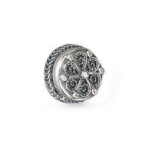 Mestergull Denne halsknappen i oksidert sølv med dekorativ filigran, er en kopi av gamle bevarte modeller. Den blir også kalt hollandsknapp då denne typen knapper trolig ble innført fra Holland og Nordvest-Tyskland. NORSK BUNADSØLV Knapp