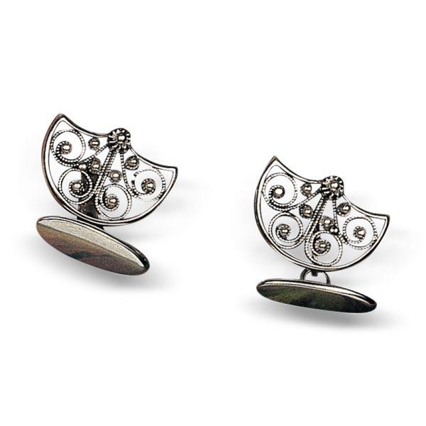 Mestergull Mansjettknapper i oksidert sølv til Bergensbunad. Sølvet har utgangspunkt i en sølje laget i 1870 og har motiv inspirert av paraply og regndråper. NORSK BUNADSØLV Mansjettknapp