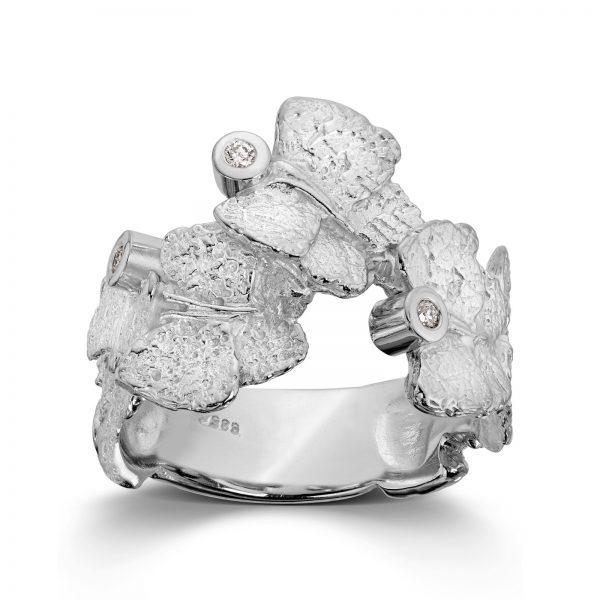 Mestergull Ring i hvitt gull med 3 x 0,02 carat TWSI. Bredde 1,9 cm VAN BERGEN Butterfly Ring