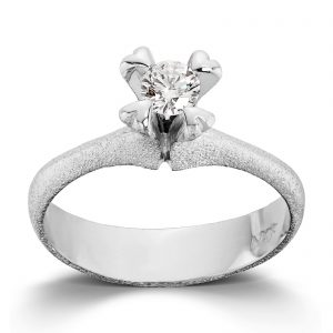 Mestergull Ring i hvitt gull med dia. 0,40 carat TWSI, fattet med små hjerteklør. VAN BERGEN Golden Heart Ring
