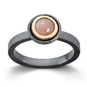 Mestergull Ring i oksidert sølv og gult gull med månesten. Diameter 0,6 cm VAN BERGEN Luna Ring
