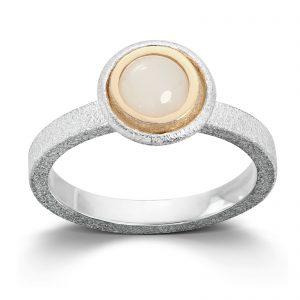Mestergull Ring i sølv og gult gull med månesten. Diameter 0,6 cm. VAN BERGEN Luna Ring
