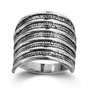 Mestergull Flagghaug høvdingens ring. En del av historien om en høvding med stor makt og rikdom som bodde på Avaldsnes rundt år 300 e.Kr. LOKAL BUNAD Ring