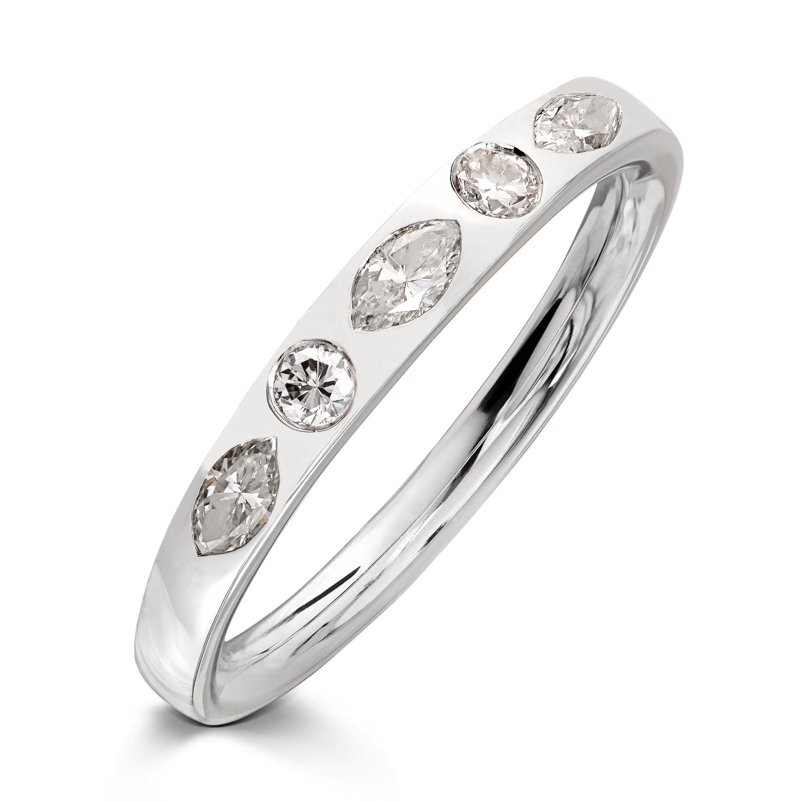 Mestergull Enkel ring i hvitt gull 585 utviklet med gjenbruk av kundens gamle diamanter. Ringen er innvendig buet for god komfort på fingeren DESIGN STUDIO Spesialdesign Ring