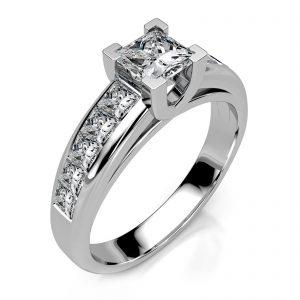 Mestergull Ring i hvitt gull 585 med Princess Cut diamanter utviklet for kunde. Ringen er i kraftig utførelse og fattet med 11 diamanter, alle med Princess Cut. Totalt 1,65 ct. EVS DESIGN STUDIO Spesialdesign Ring