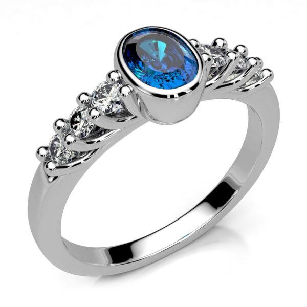 Mestergull Ring med safir utviklet for kunde. Ringen er utført i hvitt gull 585 og skulderfattet med 6 diamanter i forløp. Totalt 0,26 ct. HSI DESIGN STUDIO Spesialdesign Ring