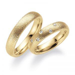 Mestergull Kontrastene i det blankpolerte gule gullet og strukturert overflate er spennedne. Her med et stjernedryss av diamanter i dameringen. Prisen nedenfor er pr. ring uten diamanter da man fritt kan velge antall, størrelse og plassering. LYKKERINGENE Eksempel Ring