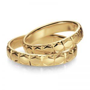 Mestergull 5,0 mm bredde i gult gull med profil 4 er her mønsterskåret med diamantverktøy. Kontrasten blir god og skarpheten optimal. Velg blant mange mønster eller skap deres eget. Prisen nedenfor er pr. ring. LYKKERINGENE Eksempel Ring