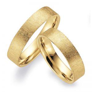 Mestergull Denne ringprofilen er flat utenpå med rette kanter, men innvendig er den buet for å gi god komfort. Her vist i gult gull og 5,0 mm bredde og overflaten ismatt. Prisen nedenfor er pr. ring. LYKKERINGENE Eksempel Ring