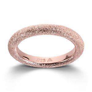 Mestergull Roséforgylt ring med en glitrende overflate. Denne er fin i kombinasjon med flere ringer fra GID Stackable. GID Stackable Ring