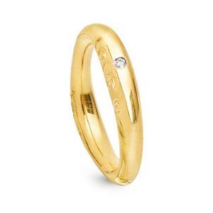 Mestergull Love ring nr. 3 i 18 kt. gult gull med 1 diamant 0,015 ct. TwVs - blank overflate LYNGGAARD Love Ring