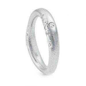 Mestergull Love Ring nr. 3 i 18 kt. Hvitt gull med 1 diamant 0,015 ct. TwVs. Matt overflate LYNGGAARD Love Ring