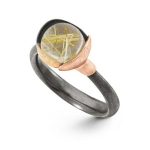 Mestergull Ring Lotus str. 1 i oksidert sølv med blad i 18 K rosé og gult gull - Rutilkvarts LYNGGAARD Lotus Ring