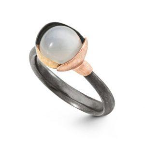 Mestergull Ring Lotus str. 1 i oksidert sølv med blad i 18 K rosé og gult gull - Hvit månesten LYNGGAARD Lotus Ring