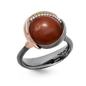 Mestergull Ring Lotus str. 3 i oksidert sølv med blad i 18 K rosé og gult gull - 13 diamanter totalt 0,05 ct. TwVs- Karneol LYNGGAARD Lotus Ring