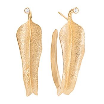 Mestergull Leaves små øreringer i 18 K Gult gull med 2 diamanter totalt 0,02 ct. TwVs LYNGGAARD Leaves Ørepynt