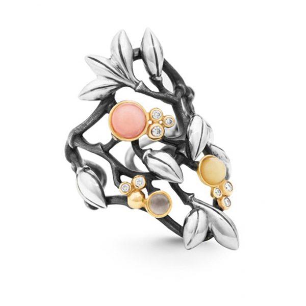 Mestergull Forest ring stor i sølv med 18 K Gult gull detaljer 8 diamanter totalt 0,08 ct. TwVs Rosa korall, rav og grå månesten LYNGGAARD Forest Ring
