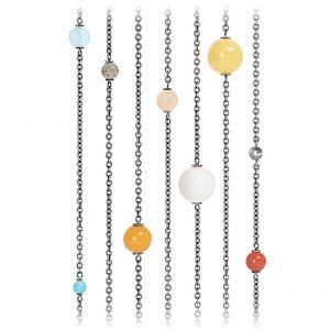 Mestergull Circus collier i oksidert sølv med rav, labradoritt, perle, turkis,rosa/rød korall og blush månesten 100 cm LYNGGAARD Circus Kjede