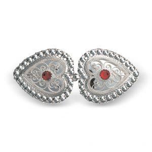 Mestergull Hjerteformet capespenne i hvitt sølv med rød sten, dekorert med kruse og filigran. NORSK BUNADSØLV Spenne