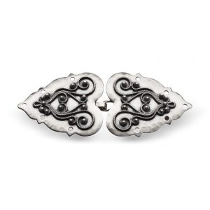 Mestergull Capespenne i oksidert sølv med tradisjonell, påloddet filigran, typisk brukt i Rogaland. NORSK BUNADSØLV Spenne
