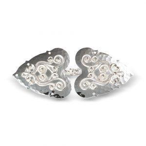 Mestergull Beltespenne i hvitt sølv med påloddet filigran. Spennen monteres på sort skinnlist. For komplett belte trenger du også beltestøler og eventuelt veskestøl og knivstøl. NORSK BUNADSØLV Spenne