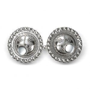 Mestergull Beltespenne i oksidert sølv med skåler for montering på skinnlist. NORSK BUNADSØLV Spenne