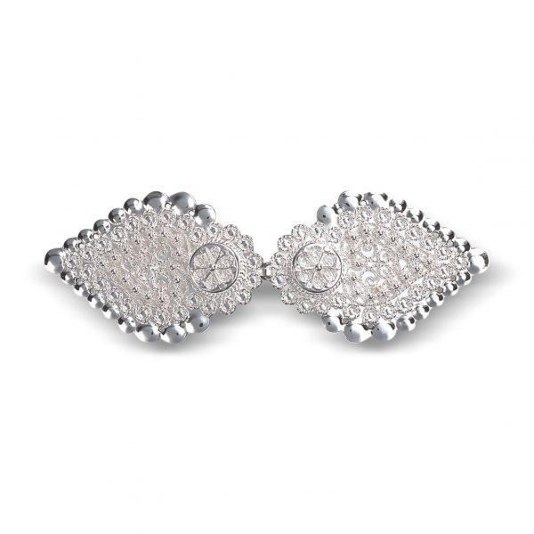 Mestergull Jakkespenne i hvitt sølv med detaljer i filigran. Leveres med hull for påsying. NORSK BUNADSØLV Spenne