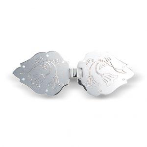 Mestergull Spenne i hvitt sølv med graverte detaljer. NORSK BUNADSØLV Spenne