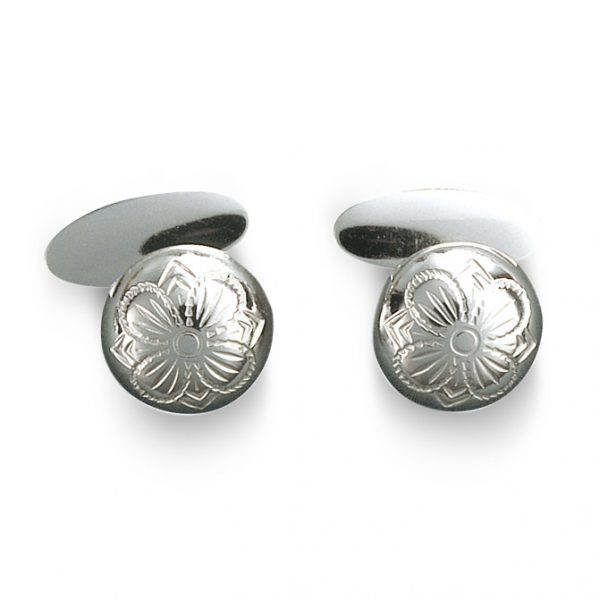 Mestergull Tradisjonsrike mansjettknapper i hvitt sølv med firkløvermotiv - symbolet for hell og lykke. NORSK BUNADSØLV Mansjettknapp