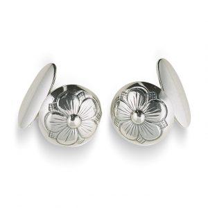 Mestergull Mansjettknapper i oksidert sølv med bunn og gravert femblads rosemotiv. NORSK BUNADSØLV Mansjettknapp