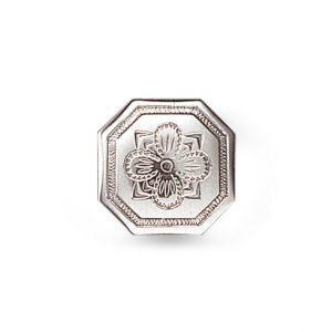 Mestergull Formstøpt åttekanta knapp i oksidert sølv med firkløver for hell og lykke som motiv. Knappen finner også i en mindre utgave. NORSK BUNADSØLV Knapp