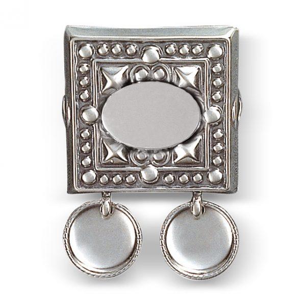 """Mestergull """"Beltestøl i oksidert sølv med graveringsfelt med plass til initialer, navn eller dato. Stølen ha trådkanløv og blir montert på skinnliste eller stoffbelte med monteringsringane bakpå. """" NORSK BUNADSØLV Belte"""
