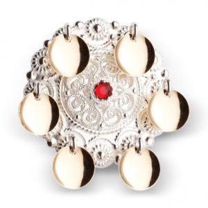 Mestergull Barnesølje i hvitt sølv med 6 glatte, forgylte løv og filigranparti med rød stein i midten. NORSK BUNADSØLV Sølje