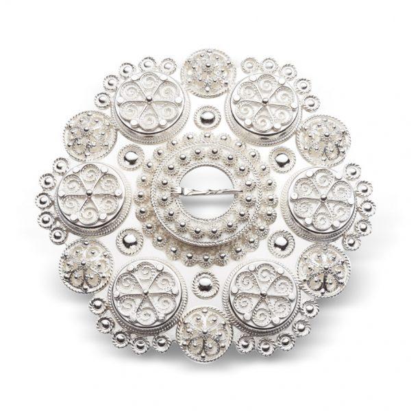 Mestergull Bolesølje hvitt sølv til Aust-Agder og Vest-Agder, solid støypt med 6 boler. På baksiden er det laget en ekstra sikkerhetslås. NORSK BUNADSØLV Sølje