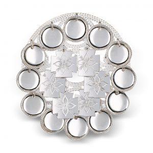 Mestergull Bringesølje i hvitt sølv med blanke trådkantløv og graverte korsløv. Dekoren harmonerer perfekt det vakre florabroderiet på Rogalandsbunaden. NORSK BUNADSØLV Sølje