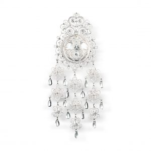 Mestergull Denne sølja i hvitt sølv er prikken over i-en på Lofotbunaden. Utsmykket med det samme blåklokkemotivet som broderiet på bunaden. Denne sølja er en sann fryd for øyet. NORSK BUNADSØLV Sølje