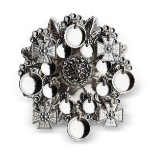 Mestergull Ansiktssølje i oksidert sølv med runde løv og korsløv. Nydeleg rosett med kruse i midten. Den har opphav fra tidlig på 1800-tallet og har vært mye brukt på Vestlandet, spesielt i Hordaland. NORSK BUNADSØLV Sølje