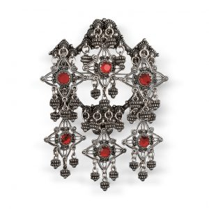 Mestergull Sølje i oksidert sølv med detaljerte kruser, heng og røde stener. NORSK BUNADSØLV Sølje
