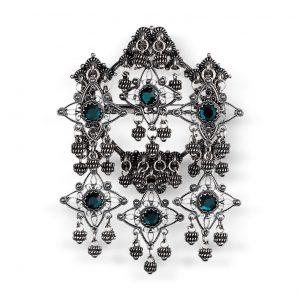 Mestergull Sølje i oksidert sølv med detaljerte kruser, heng og grønne stener. NORSK BUNADSØLV Sølje