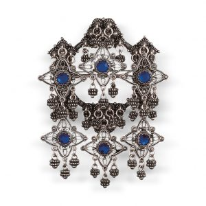 Mestergull Sølje i oksidert sølv med detaljerte kruser, heng og blå stener. NORSK BUNADSØLV Sølje