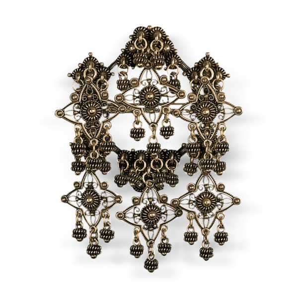 Mestergull Sølje i gammelforgylt sølv med detaljerte kruser og heng. NORSK BUNADSØLV Sølje