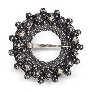 Mestergull Halsring i oksidert sølv og rike detaljer i dekoren. NORSK BUNADSØLV Halsknapp