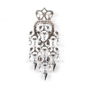 Mestergull Hjertesølje til Østfoldbunaden utført i oksidert sølv med heng og spirløv. Hjarteformen med krona på toppen har langt tilbake i tid hatt vært symbolet på kjørlighet. Finnes også med kortere heng. NORSK BUNADSØLV Sølje